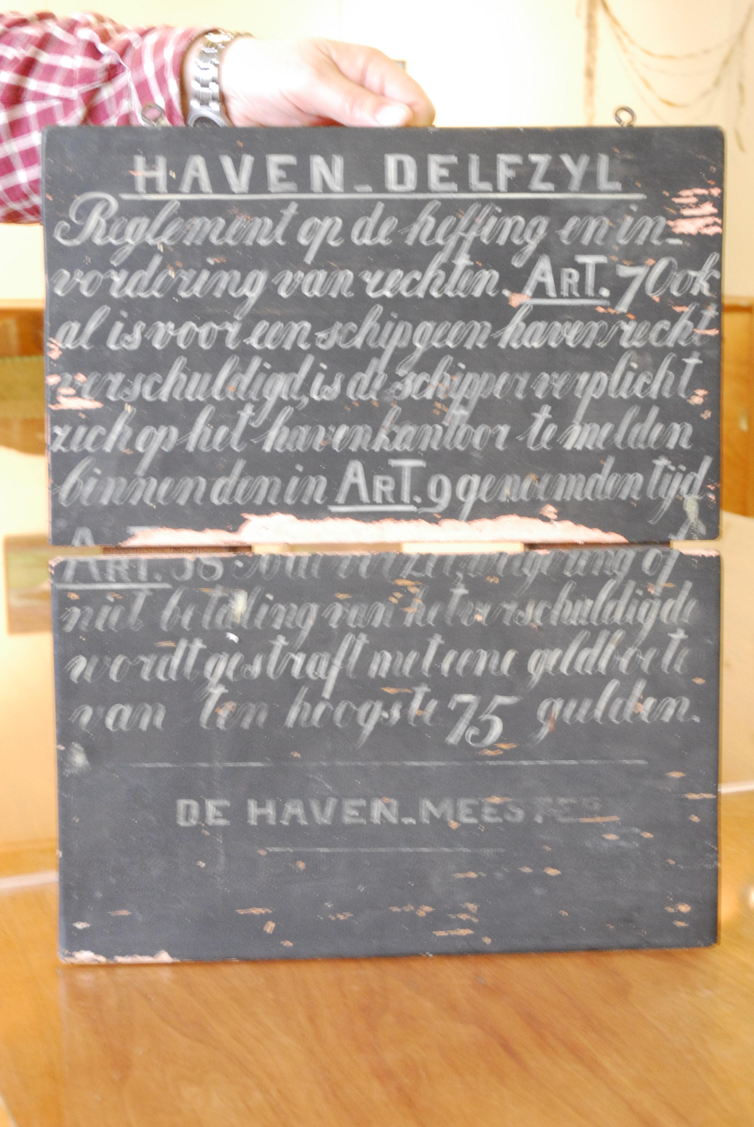 """gevelsteen van een zg. """"sarrieshut"""" ( belasting kantoor bij een molen(graan) opschrift sauve guarde"""