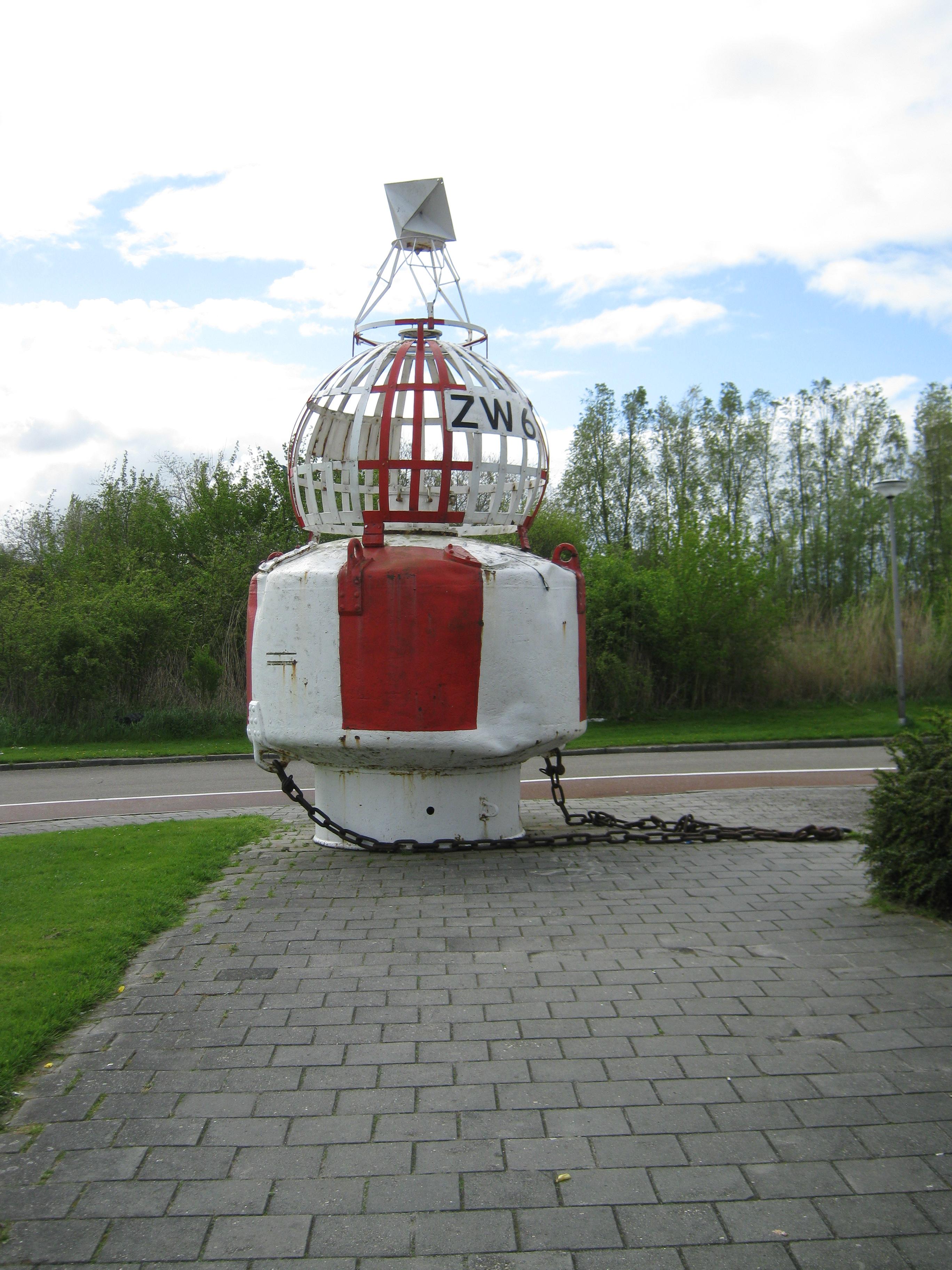 vaarwegmarkeringsboei, gemerkt ZW6, wit/rood, verticaal gestreept